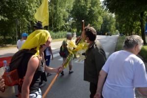 Oddanie szacunku krzyżowi przez napotkanych na drodze ludzi