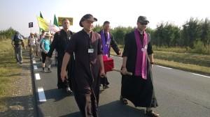 18.Kapłani pielgrzymujący w grupie bielskiej niosący Arkę